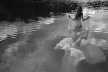 Woman-in-the-water-Fotokunst-vrouw