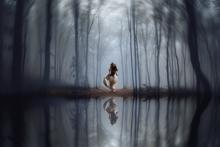Woman-in-the-woods-Fotokunst-vrouw